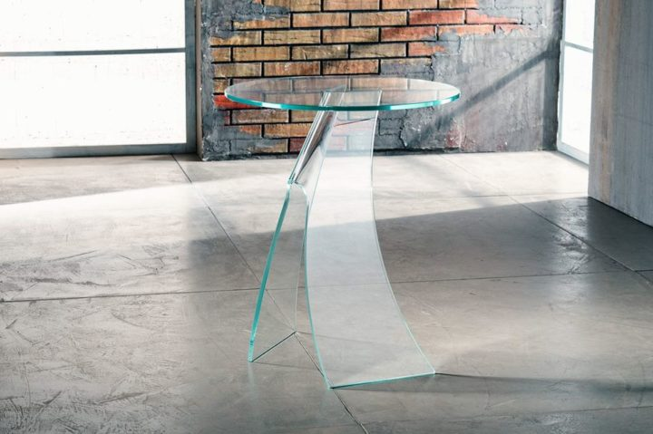 Il vetro curvato per il servetto da salotto di Imago Factory Jacqueline: il ritratto