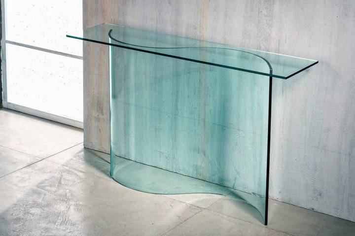 Il vetro curvato per la consolle con ripiano di Imago Factory Ribbon: il ritratto